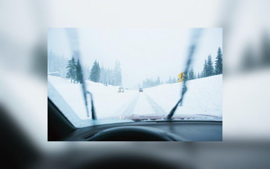 Dėl iškritusio sniego ir plikledžio avarijų skaičius gali išaugti dvigubai