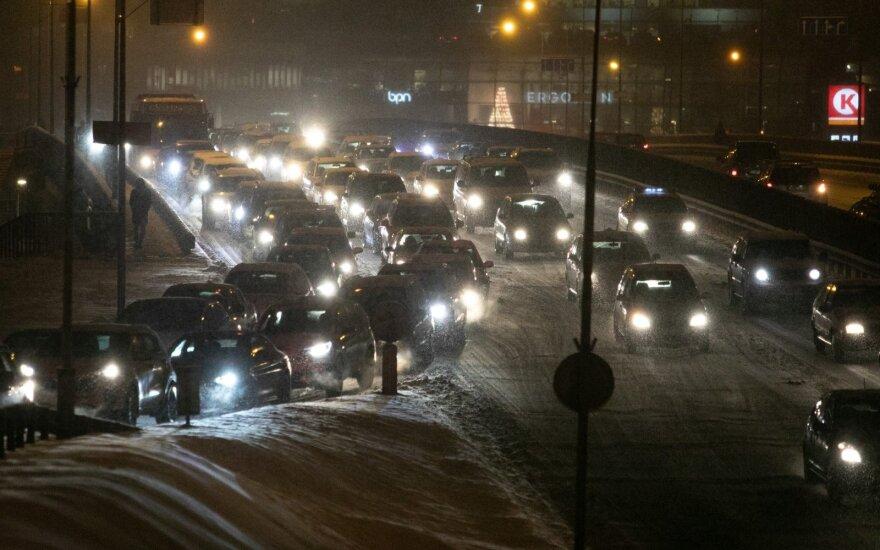 Snygis baigėsi, vairuotojų problemos ne – automobiliu geriau niekur nevažiuoti