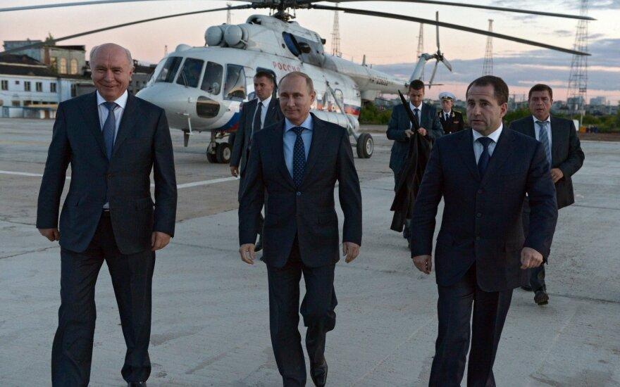 Vladimiras Putinas (viduryje), Michailas Babičius (dešinėje)