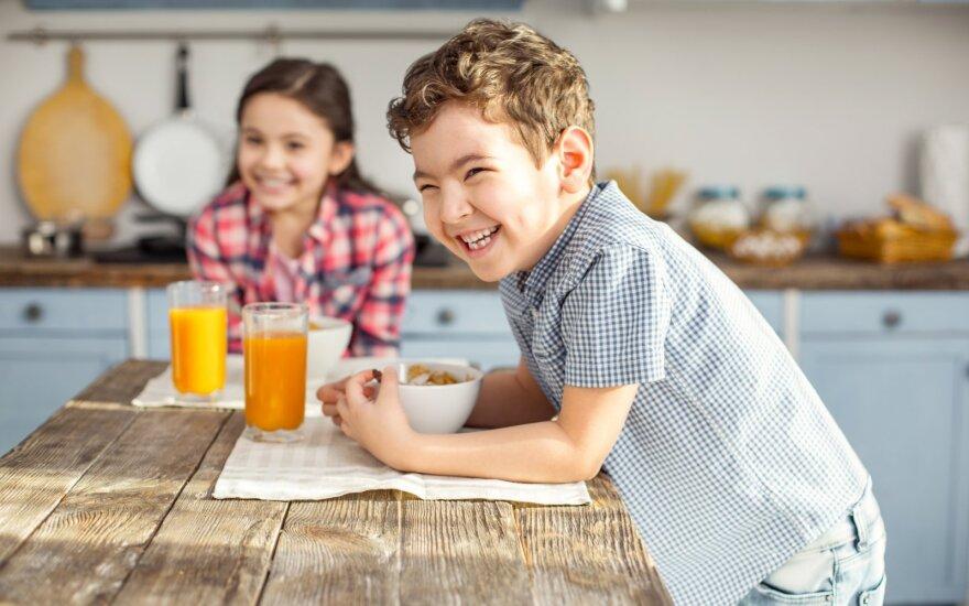 Pavasarį dažnam trūksta vitaminų ir mineralų: vaistininkė išdavė gudrybę, kaip net vaikams lengvai pamėgti žuvų taukus