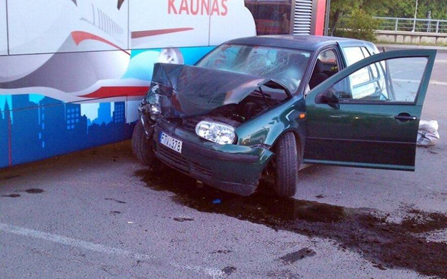 """Kaune """"VW Golf"""" rėžėsi į autobusą – abu vairuotojai ligoninėje"""