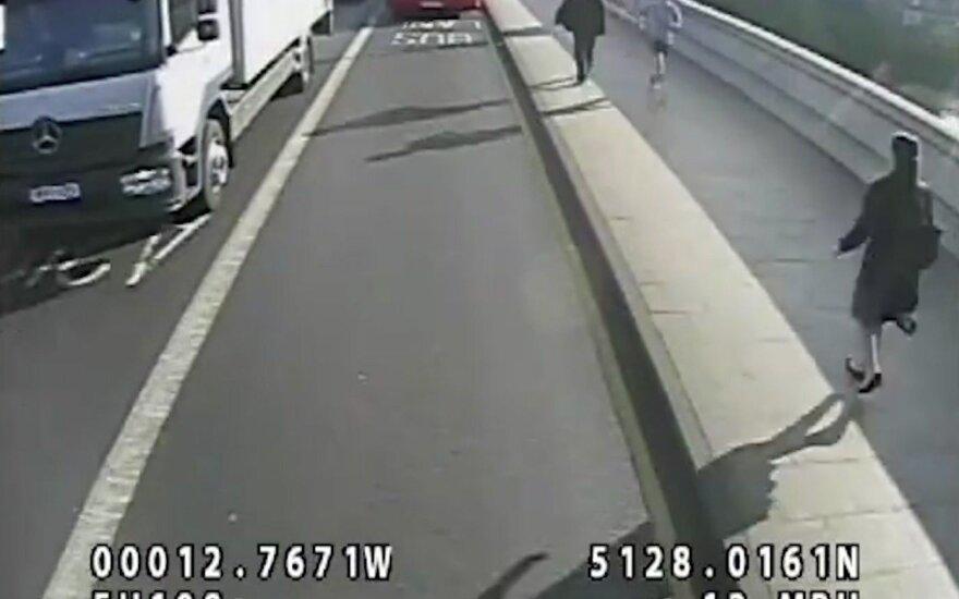 Londone sulaikytas vyras, nustūmęs moterį po važiuojančiu autobusu