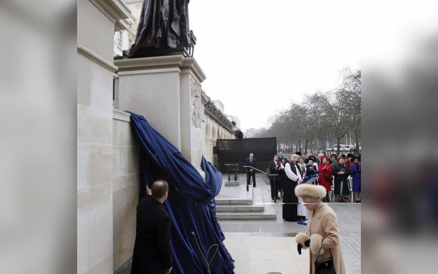Britanijoje atidengtas paminklas tautos mylimai karalienei motinai