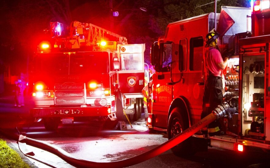 Kentukyje etanolį vežęs traukinys nulėkė nuo bėgių ir užsidegė