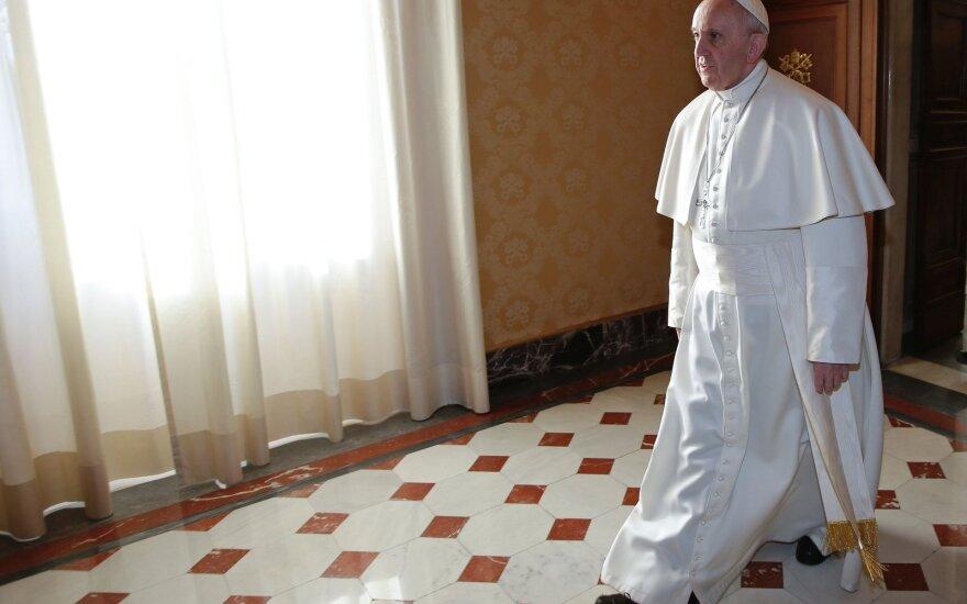 Popiežius Pranciškus užsiminė apie galimybę leisti vedusiems katalikams tapti kunigais