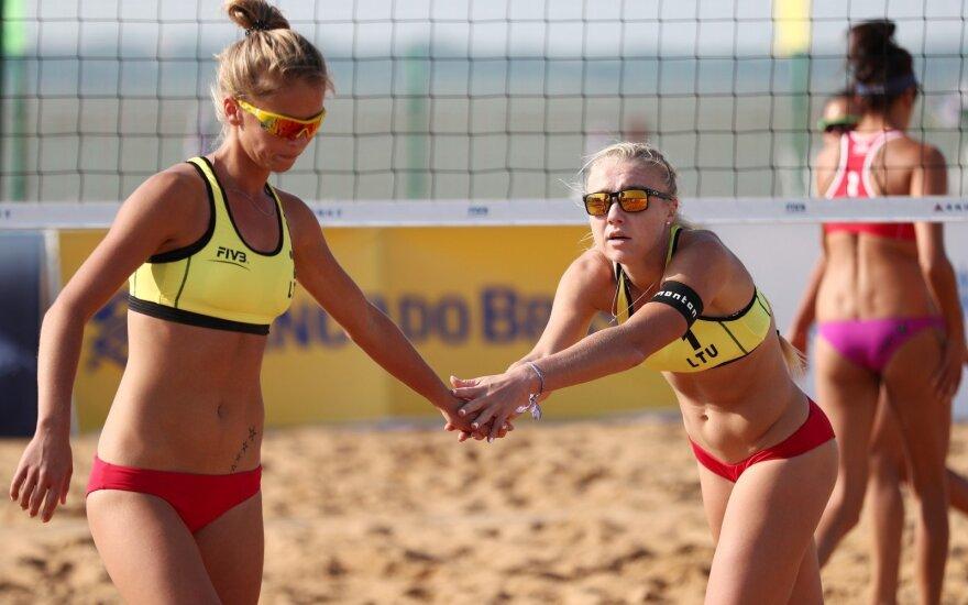 Monika Povilaitytė (kairėje), Ieva Dumbauskaitė (FIVB nuotr.)