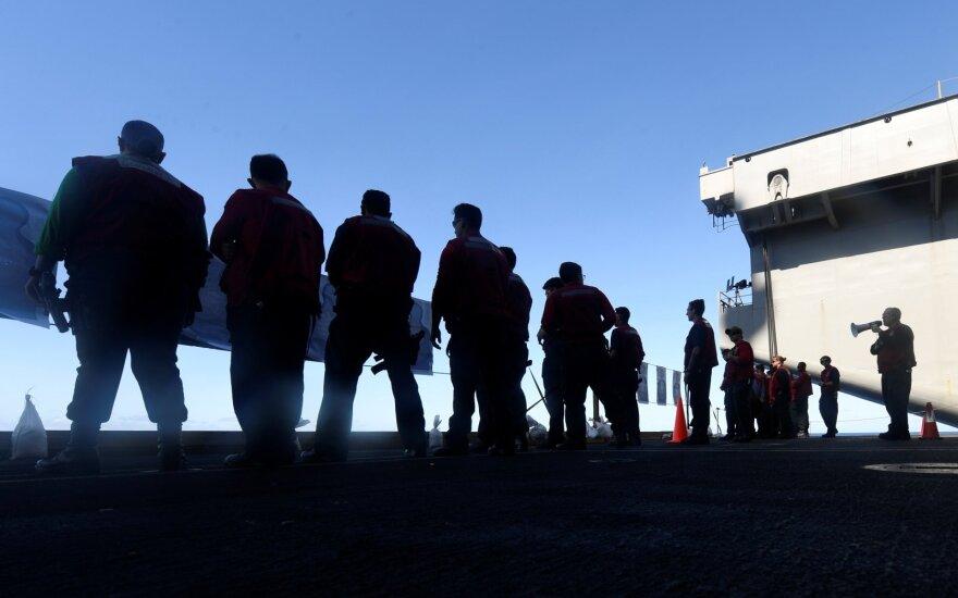JAV apsisprendė dėl COVID-19 apimto lėktuvnešio kapitono grąžinimo į darbą