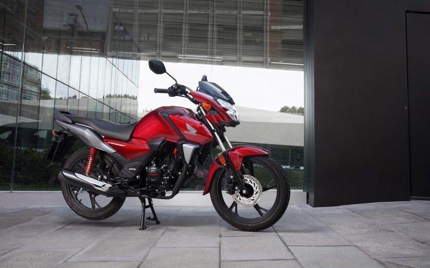 """Naujas """"Honda"""" motociklas pradedantiesiems: su pilnu baku nuvažiuos 700 km"""