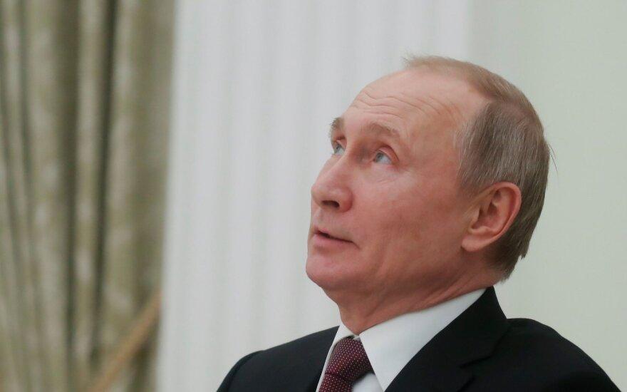 Putinas: iš koronaviruso epidemijos besipelnančios vaistinės turi būti uždarytos