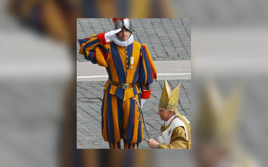 Šveicarų gvardietis ir popiežius Benediktas XVII