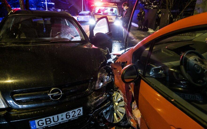 Dėl avarijos Vilniuje uždaryta gatvė, vienas vairuotojas be sąmonės