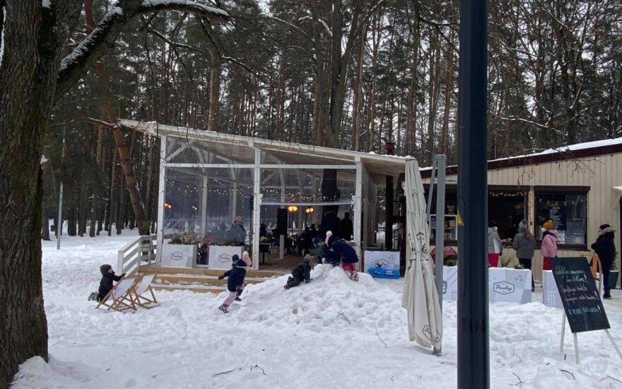 Šeštadienį Vingio parką užplūdo vilniečiai: klausimų sukėlė šalia kavinės įrengta terasa