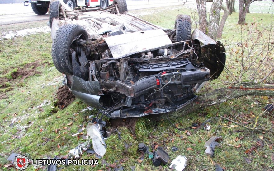 Girto vairuotojo kelionė baigėsi ant stogo: du vyrai nukentėjo, tačiau vienas spruko nuo medikų