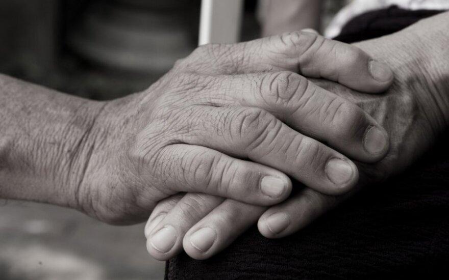 Kuršėnuose 70-metė trenkė buteliu per galvą 90-mečiui sugyventiniui