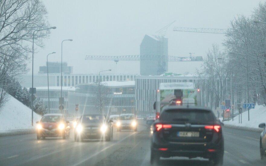 Keliuose esama slidžių ruožų, naktį prognozuojamas plikledis ir rūkas