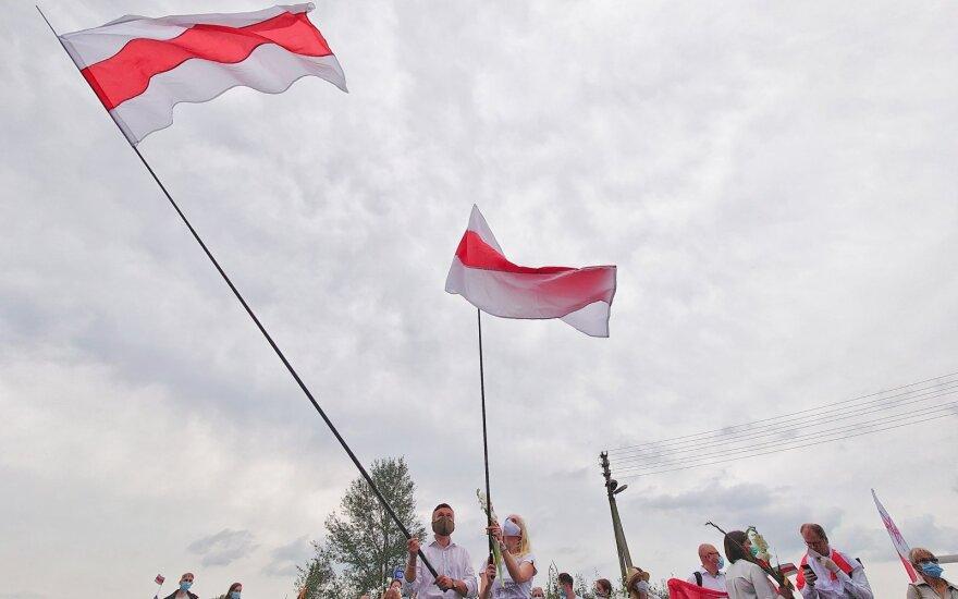Kūju ir pjautuvu pasidabinusi <em>feisbuko</em> vartotoja tikina, kad Baltarusijoje – gyvenimas geresnis