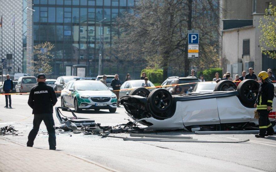 """Su BMW iš """"Europos"""" parkingo iškritusiai moteriai skirta bauda"""