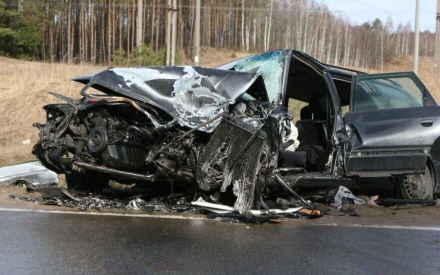 Pavojai eismo įvykio vietose: asfaltas suyra taip, kad galima semti semtuvu