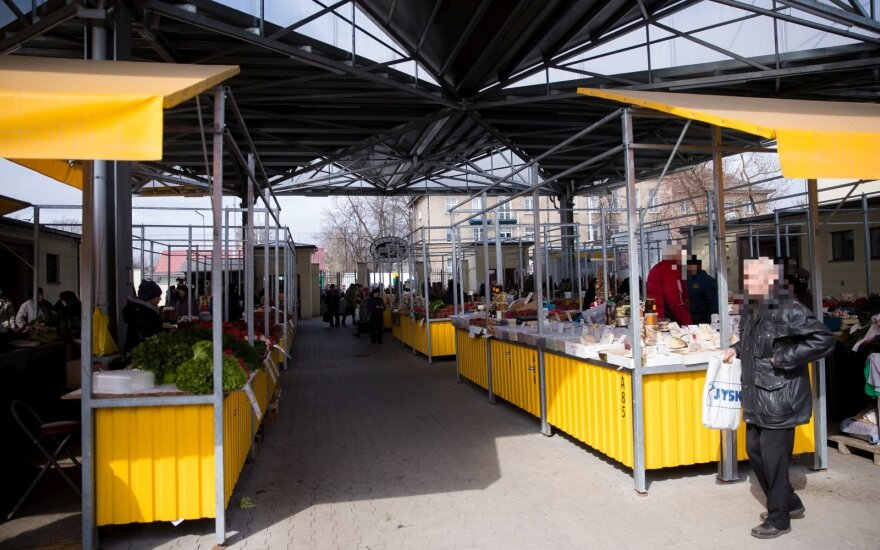 Šeima apsipirko Kalvarijų turguje.