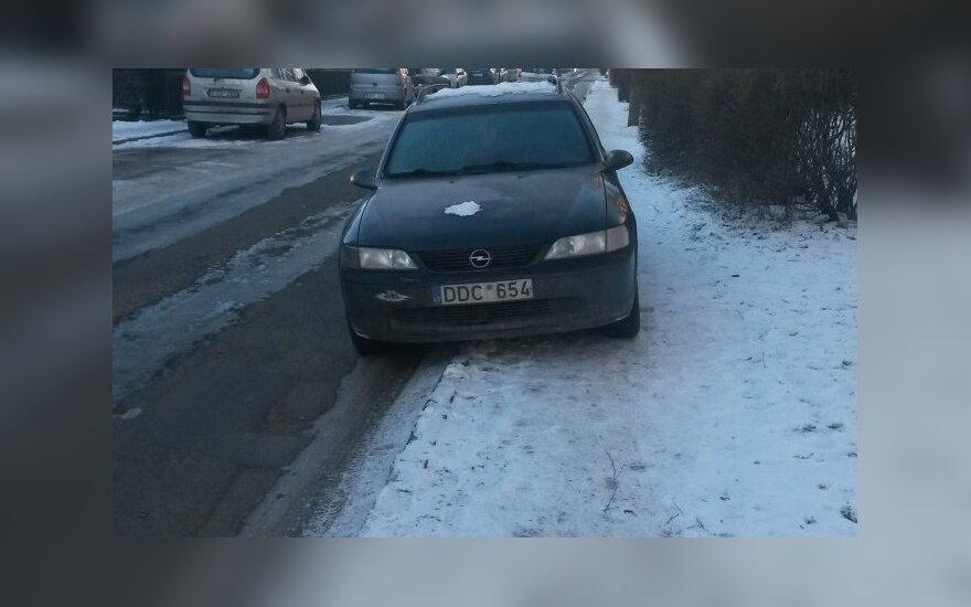 """Savaitės """"Baudos kvitas"""": šaligatvis skirtas automobiliams!"""