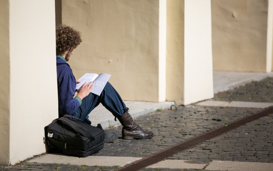Karti tiesa: net ir padidinti VU docentų atlyginimai nusileidžia vairuotojų uždarbiui