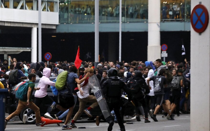Ispanijos policija susirėmė su separatistų demonstrantais prie Barselonos oro uosto