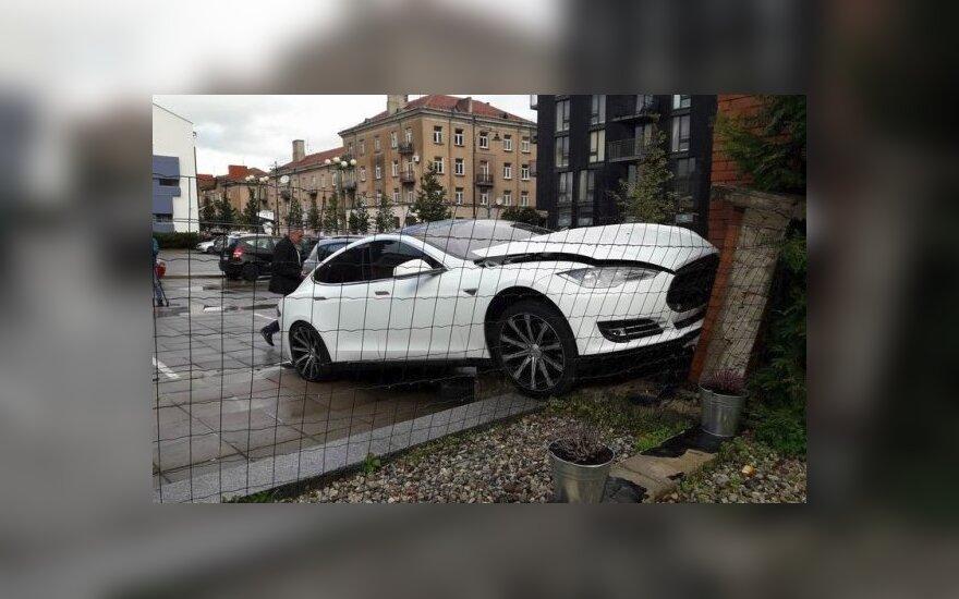 """Klaipėdoje """"Tesla"""" rėžėsi į mūro sieną"""