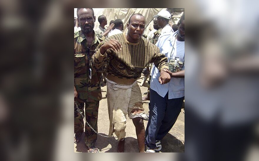 Somalio kariškiai veda sulaikytą piratą