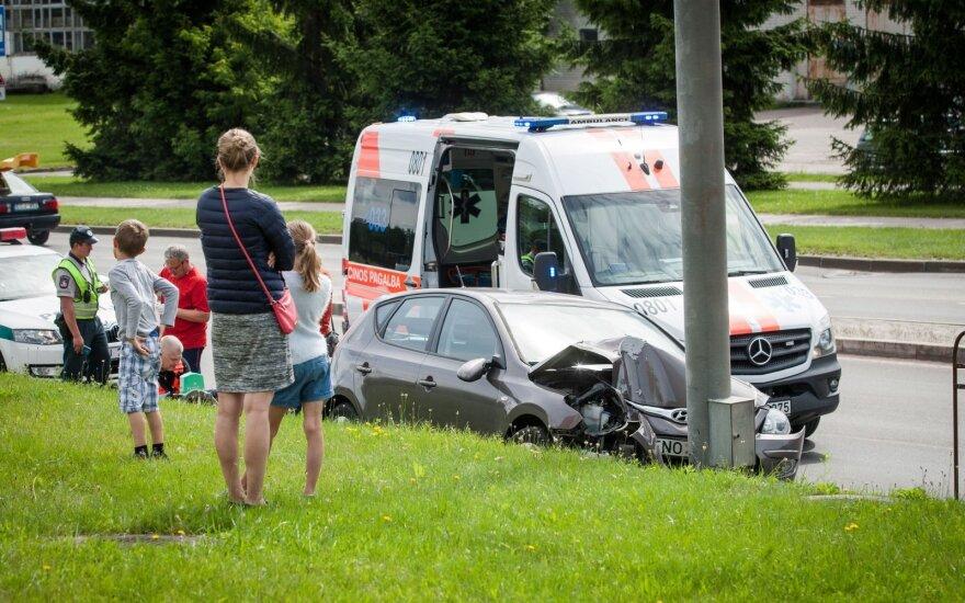 Vilniuje automobilis rėžėsi į ženklą, po to į stulpą, moters gyvybė užgeso ant medikų rankų