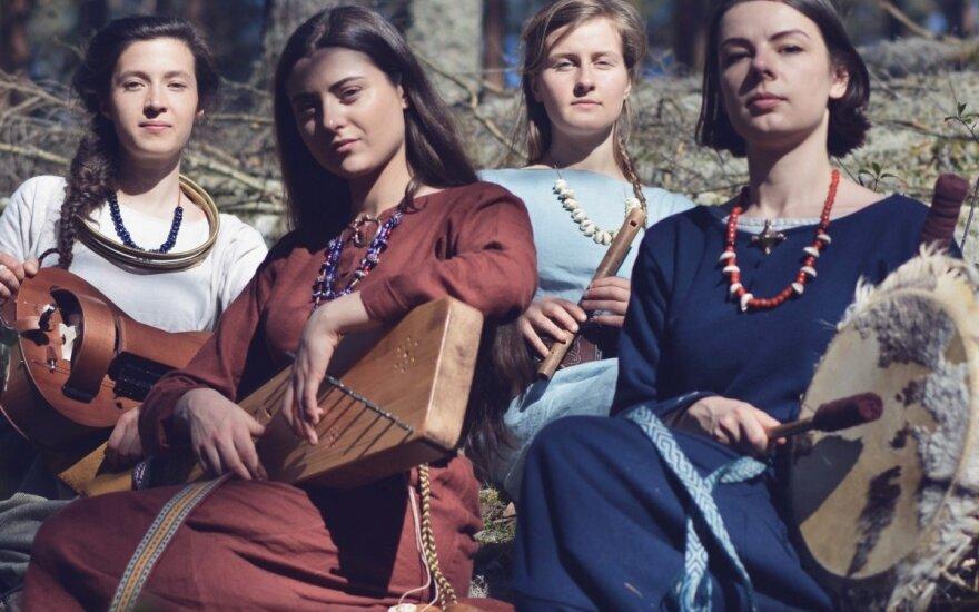 """Debiutinio albumo kampaniją pradėjusi """"Obelija"""" griauna mitus apie folklorinę muziką"""