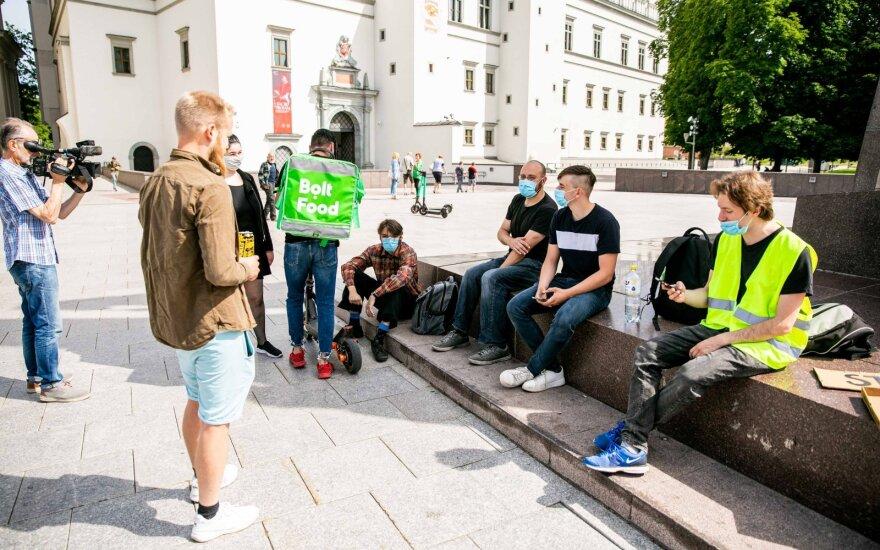 """Streikuoti dėl mažėjančių atlyginimų susirinkę """"Bolt Food"""" kurjeriai: uždirbame apie 900 eurų"""