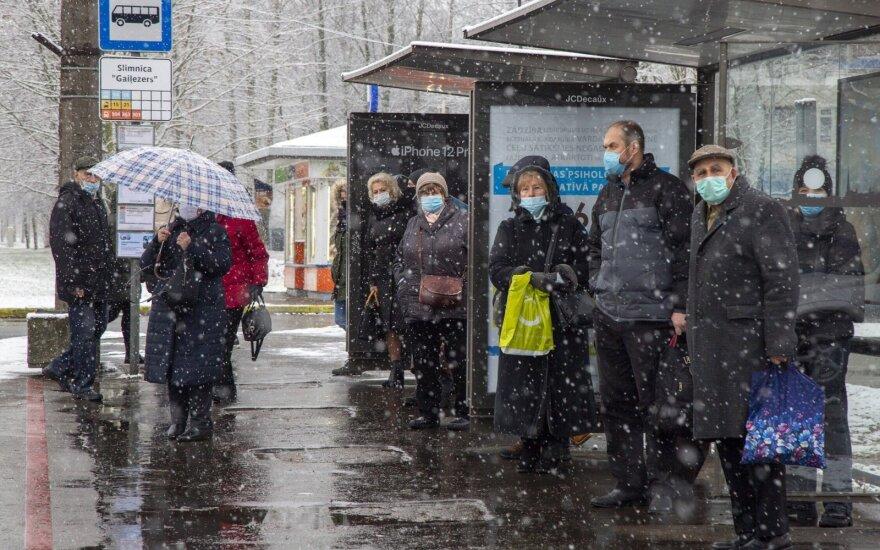 Latvija dėl COVID-19 grėsmės įšaldo keleivių pervežimą į Lietuvą