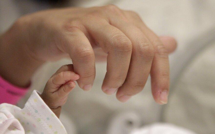 Girtas tėvas įtariamas žiauriai sumušęs kūdikį, vaikas medikų rankose