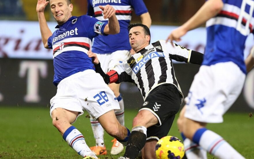 Daniele Gastaldello (Nr. 28) kovoja su Antonio Di Natale