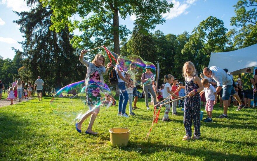 """Botanikos sode prasidėjo """"Garden"""" festivalis: žmonių būrys mėgaujasi muzika ir puikiu oru"""