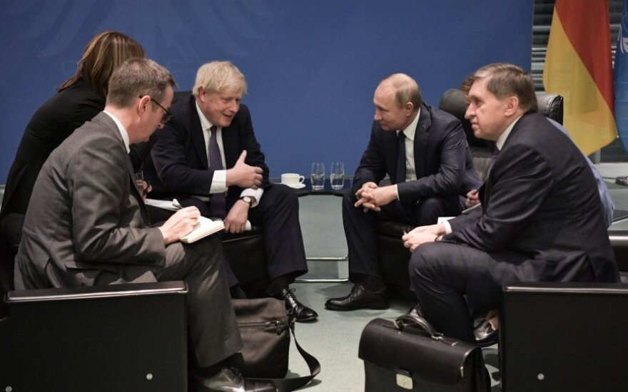 Vladimiras Putinas ir Borisas Johnsonas Berlyno konferencijoje