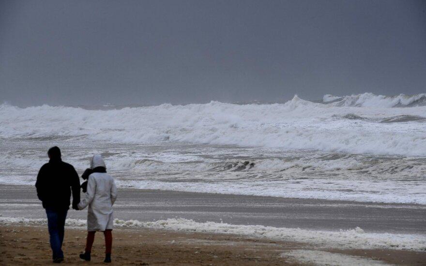 Ėmėsi žmones gąsdinančios mįslės: pakrantėje nepaaiškinami garsai tokie stiprūs, kad net drebina pastatus