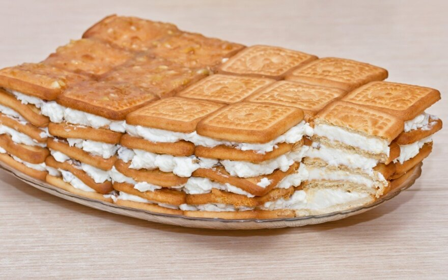 VAIKAMS: sausainių ir varškės pyragas