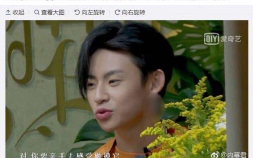 Absurdas Kinijoje: vaizdo įrašuose užtušuojamos vyrų ausys
