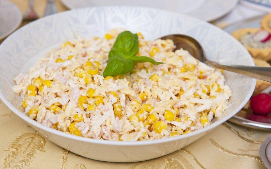 Kiaušinių, makaronų ir kukurūzų mišrainė
