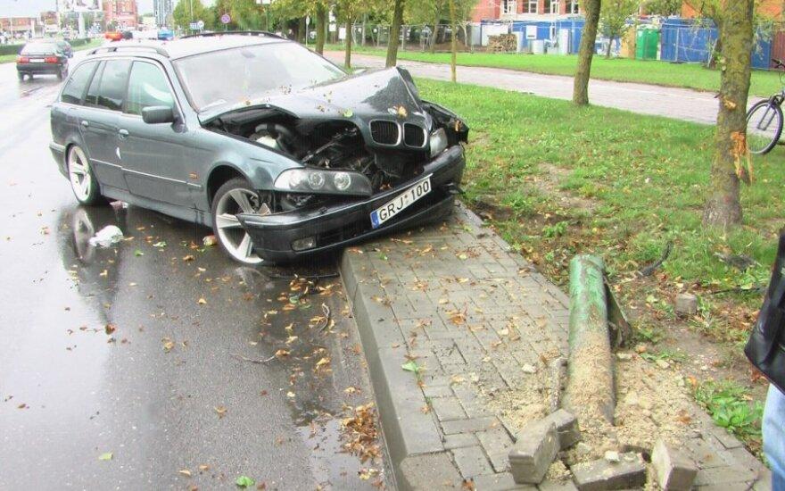 Klaipėdoje BMW neseniai nuverstą stulpą peršoko kitas BMW ir rėžėsi į medį