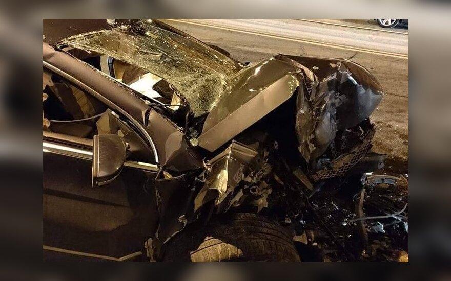 Kraują stingdančios avarijos tęsiasi: mamos automobiliu rėžėsi į namo sieną