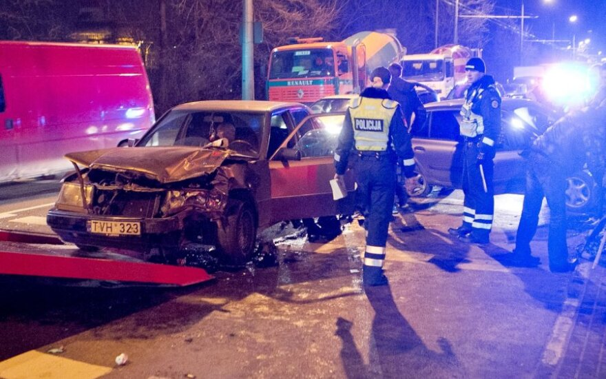 Trečiadienio vakarą Vilniuje susidūrus trims automobiliams sužalotas vyriškis