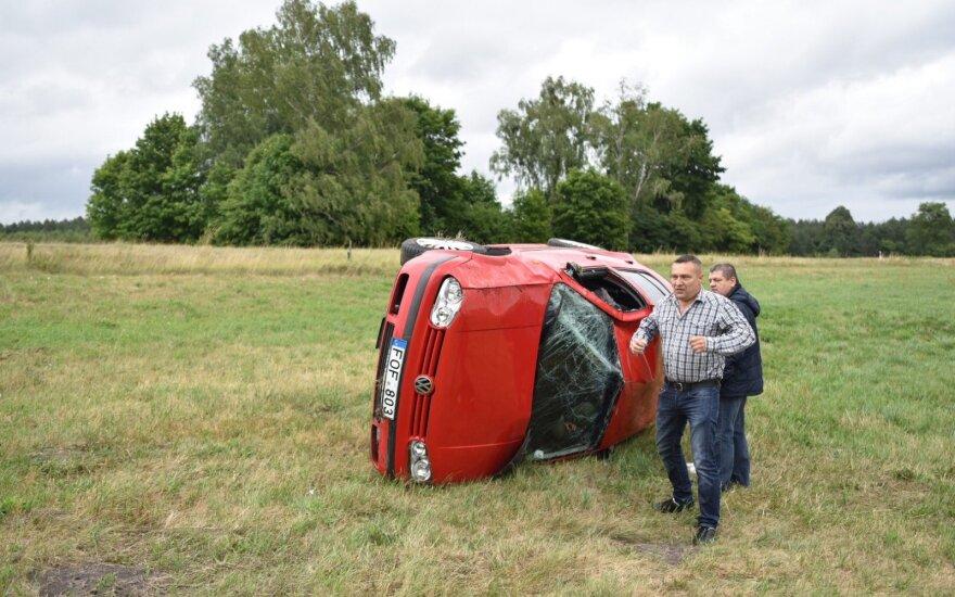 Avarija Leipalingio kaime: apvirtusiame automobilyje prispaustas vairuotojas