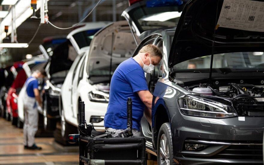 """Volkswagen"" vėl ėmė dirbti: atidarė gamyklos Volfsburge duris"