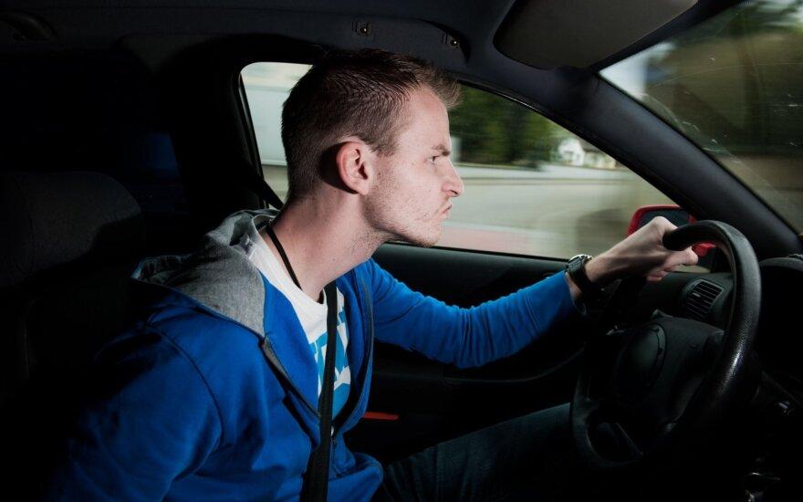 Vairavimo džiunglės jaunų vairuotojų akimis: norisi šokti pro langą ir nebegrįžti