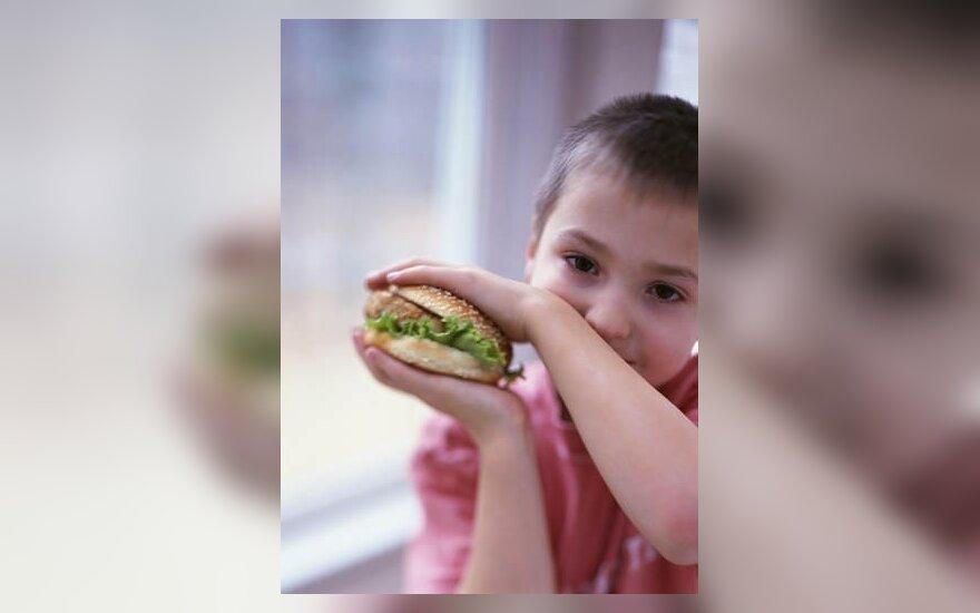 Berniukas valgo mėsainį