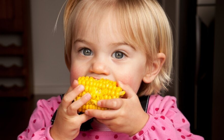 Mergaitė valgo