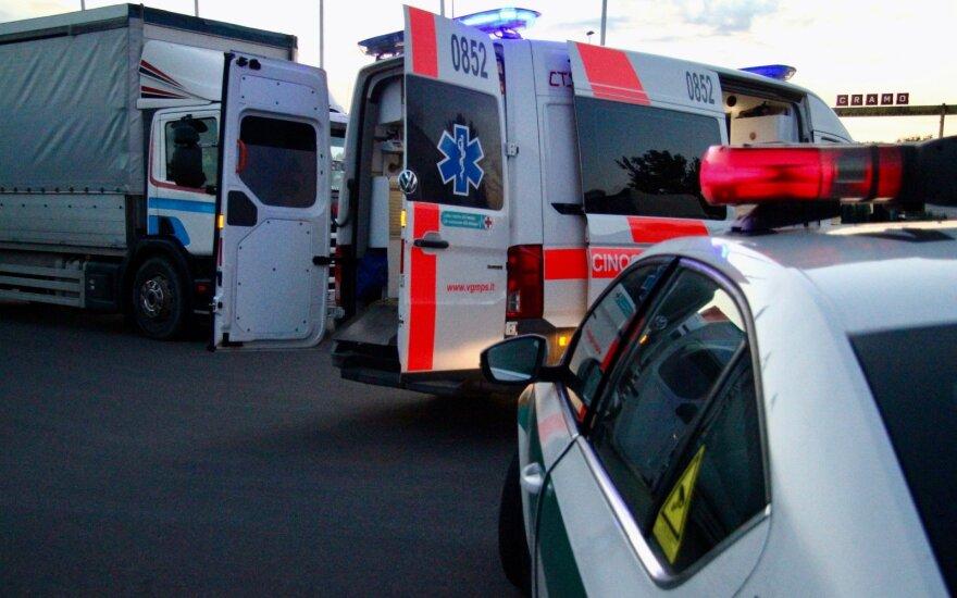 Kupiškyje automobilis rėžėsi į pastato sieną: pranešama apie sužalotus asmenis