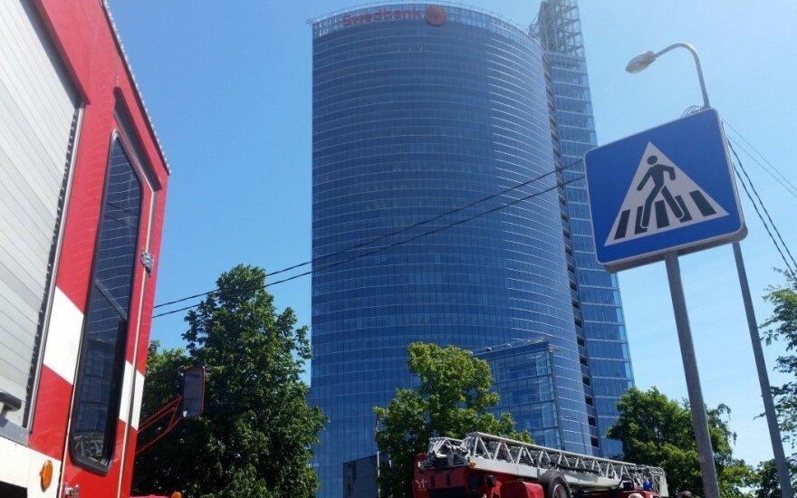 """Rygoje iš """"Swedbank"""" pastato evakuoti maždaug 900 žmonių"""